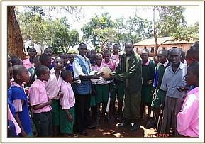 Kithasyo .p.school receiving sports equipment