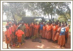 One of the schools receives their seedlings