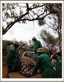 Sagala wird im Waisenhaus vom Pickup heruntergehoben