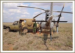 Das Rettungsfahrzeug wird an den Helikopter herangefahren