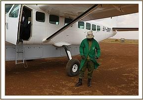 Das Rettungsteam wartet nach der Landung auf das Kalb