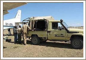 The Olpejeta landcruiser backs up to the rescue plane