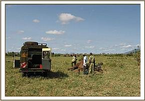 The David Sheldrick Mobile Vet Unit  funded by Vier Photen treats the calf's injury